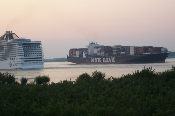 NYK Olympus blocks the Elbe following engine blackout