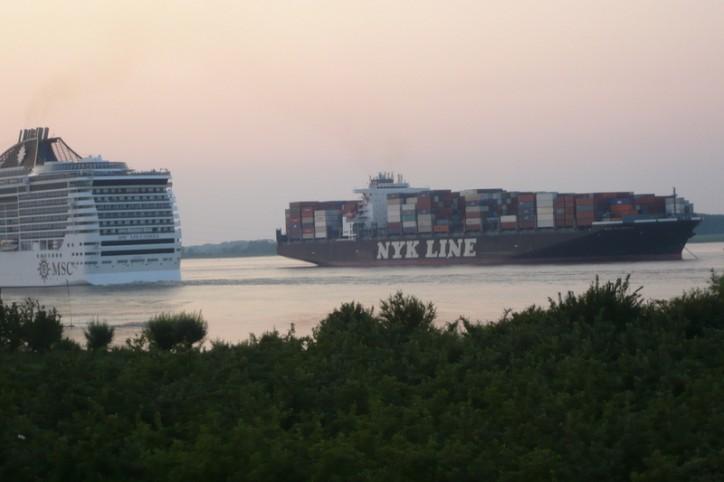 NYK Olympus blocks the Elbe following engine blackout