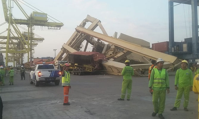 Container ship SOUL OF LUCK hit pier at TPKS Container Terminal