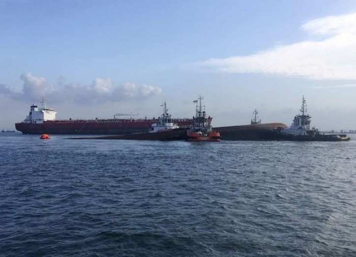 Five missing after collision between tanker Kartika Segara and dredger JBB De Rong 19 in Singapore Waters (Video)