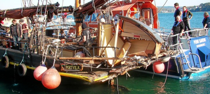 The 20-gt French fishing vessel Reine de l'Arvor, on its return from a fishing trip to Rosmeur, slammed into the stern of the sailing vessel Nordlys, which was at anchor in the Bay of Douarnenez, France.