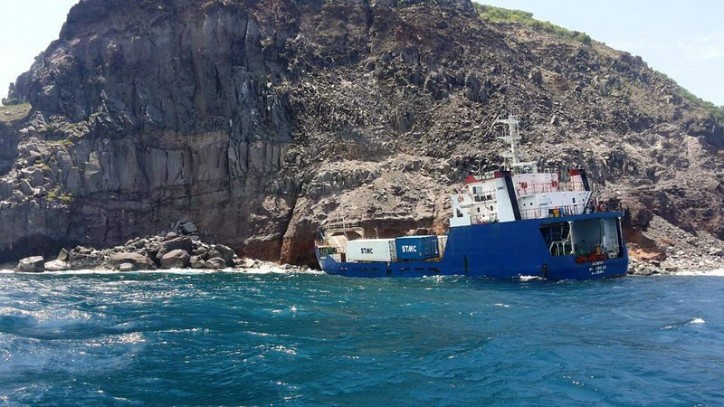 MV Sirena stranded near Cocoluch Bay, St. Eustatius; Ship sealed off; No coral reefs damaged