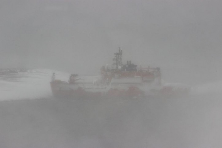 Almost 70 crew remain stranded on Aurora Australis icebreaker as AAD confirms ship suffered hull breach (Video)