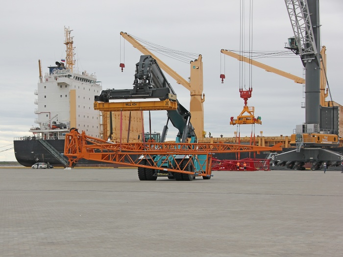 Port Bronka handles first vessel of China COSCO which delivered oversized and heavy equipment