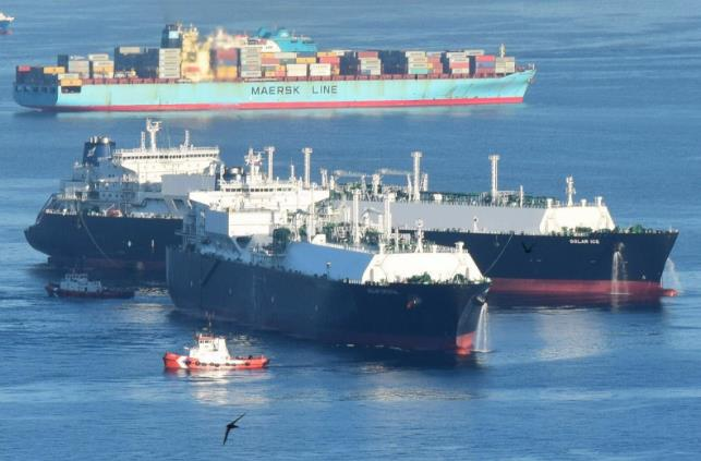 Spotted: Two Golars Hook Up in Gibraltar Bay