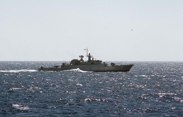 Iranian Navy warships escorts cargo ship to Yemen