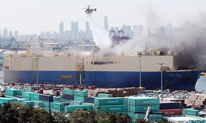 Fire breaks out on Panama-registered car carrier Auto Banner at Incheon Port (Video)