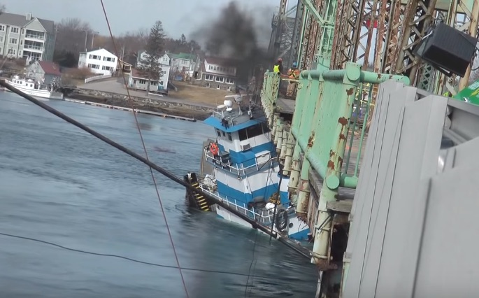 Curious to See: Salvage operation of Pinned Tugboat nearly Sucked Under Bridge