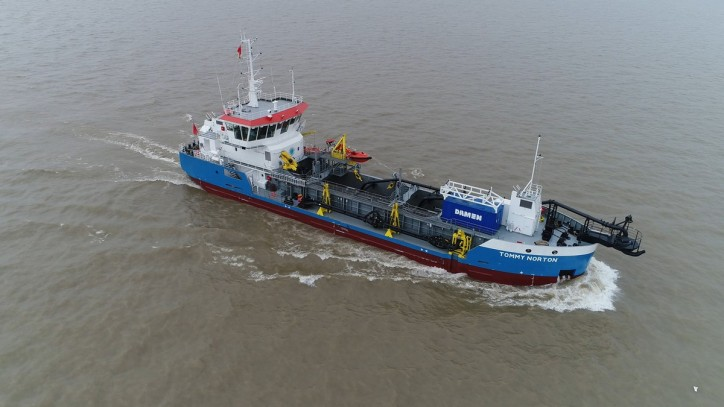 Damen Trailing Suction Hopper Dredger (TSHD) 650 on way to Gippsland Ports (Video)
