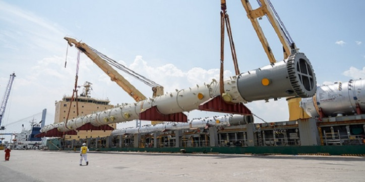 Handling Giant Pressure Vessel Proves No Pressure For AAL