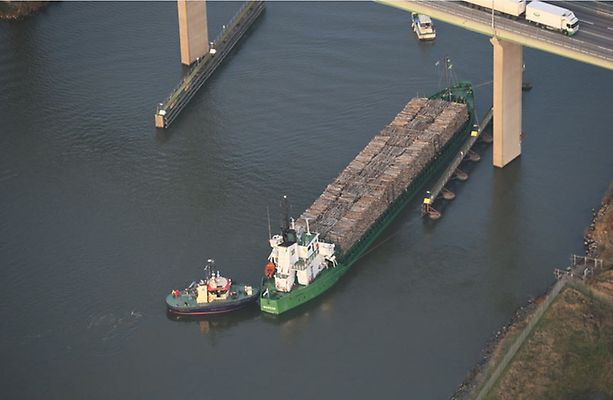 Cargo ship Nossan with 1-meter hole in the hull at risk of sinking in Overby