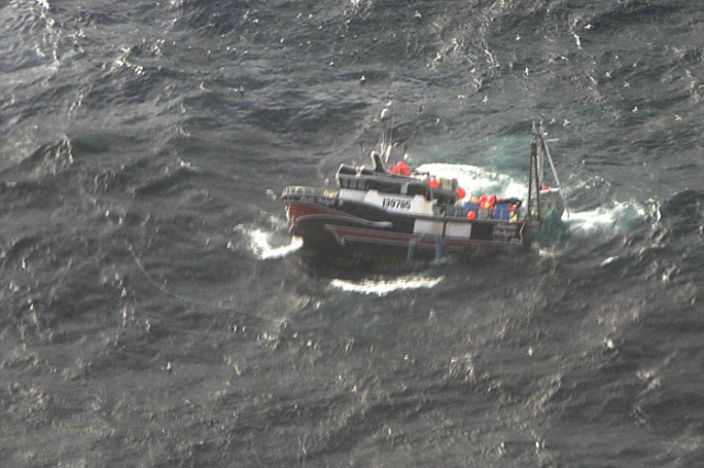 Fishing vessel sank in the North Atlantic; Crew rescued after 10 hours drifting in a life raft