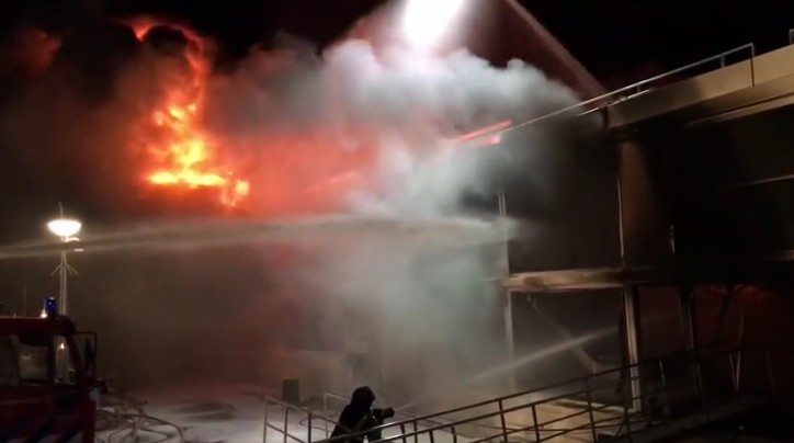 Large scale fire on ship under construction in Hardinxveld-Giessendam, Netherlands (Video)