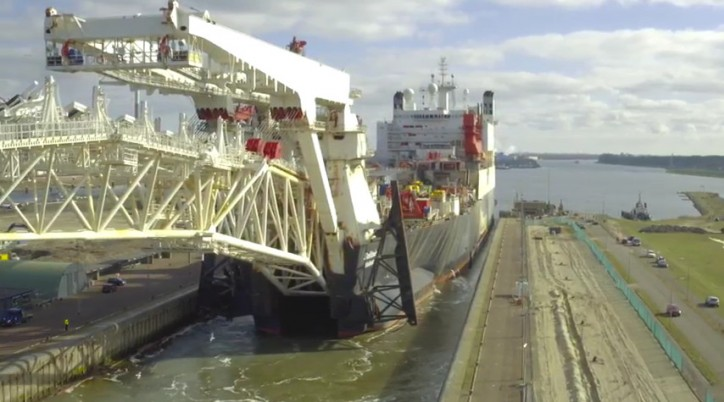 WATCH: Pilots safely guide massive ship through Noordersluis lock in Amsterdam