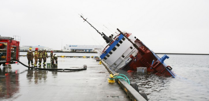 Ship sinks in Reykjavik harbour