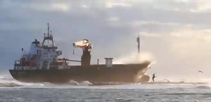 Cargo ship Efe Murat runs aground off Italian port of Bari (Video)