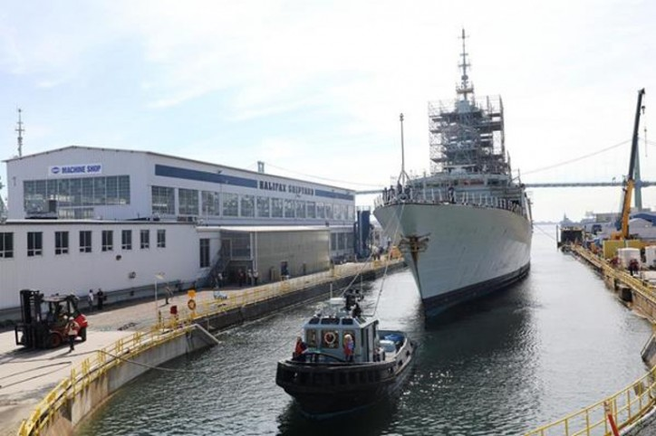 HMCS Montreal arrives at Halifax Shipyard for docking work period