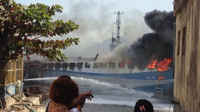 Fire engulfs passenger ferry at Guaruja, San Paulo, Brazil (Video)