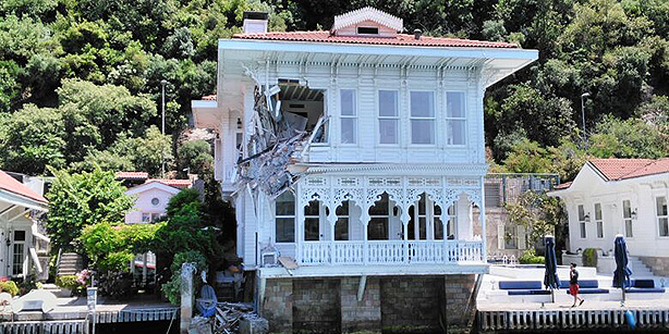 "After an incident the ""Fancy Mansion"" in Istanbul was hit by a general cargo ship"
