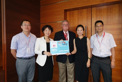Head of Maersk Line Greater China Silvia Ding and Huawei Technologies Vice President, Chief Sustainability Officer Alan Aicken present the Carbon Pact certificate.