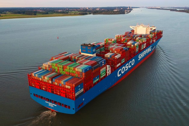 Mega-carrier 'Cosco Shipping Universe' visits Port of Hamburg