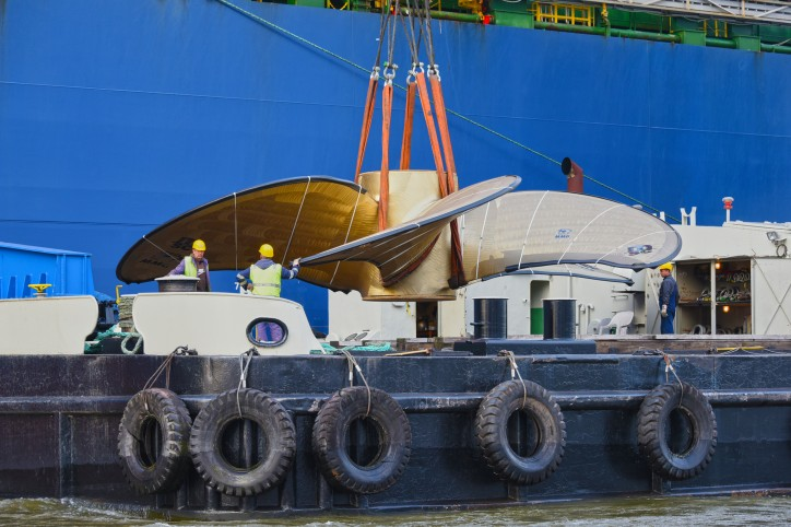 HHLA floating crane loads world's biggest ship propeller onto a vessel at the Port of Hamburg