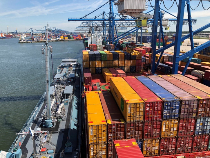 Containerships successfully carries out the first simultaneous operations LNG bunkering on a container vessel in Europe