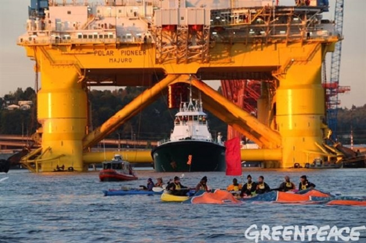 Kayakativists Blockade Shell's Arctic Bound Oil Rig departure