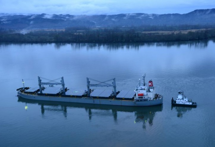 Bulk carrier SPARNA ran aground in main shipping channel of the Columbia River