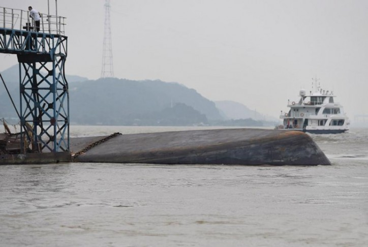 Chinese tanker capsizes on Yangtze River, two missing