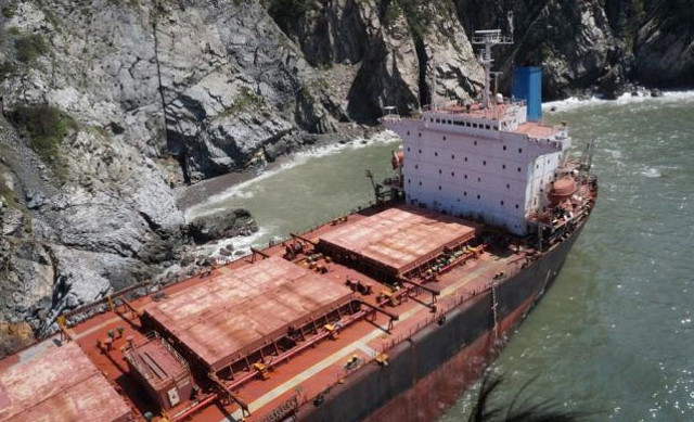 Bulk carrier Los Llanitos grounded by hurricane north of Manzanillo, Mexico