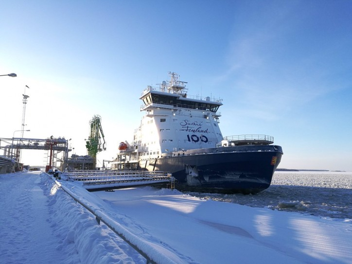Finland's LNG-fueled icebreaker Polaris bunkers in Tornio