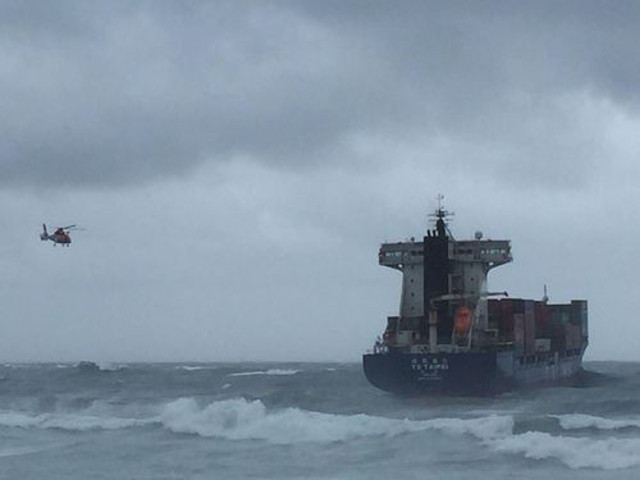 Container ship TS Taipei aground off Shimen, Taiwan; All 21 crew rescued (Video)