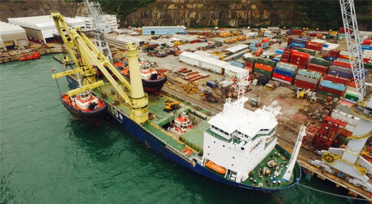 Blue Water Shipping - Heavy lift of Tugs boats in Singapore (Video)