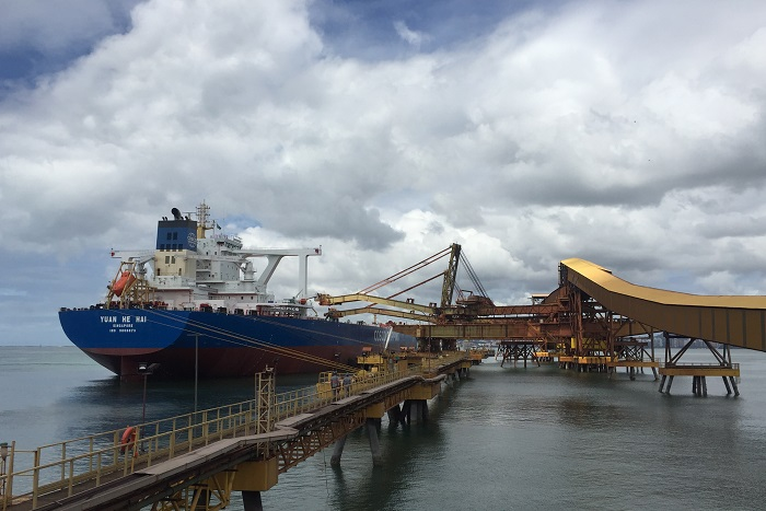 """Green"" vessel built on a Vale initiative loads for the first time at the Tubarão port"