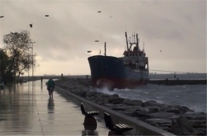Cargo ship Mina 1 grounded at Maltepe Port (Video)
