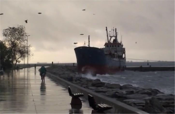 Cargo ship Mina 1 grounded at Maltepe Port (Video)