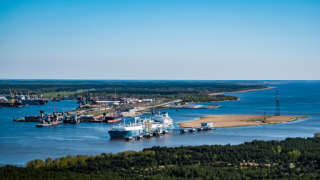 Cleaning works of the Klaipeda port's water area by the LNG terminal completed