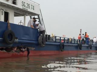 Massive 40.000-litres-fuel leak as ships collide on waterway in southern Vietnam