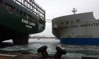 Collision between bulk carrier China Steel Innovator and berthed containership Ever Laden at Kaohsiung, Taiwan (Video)