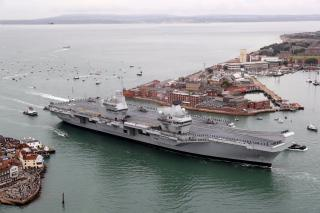 HMS Queen Elizabeth makes debut in Portsmouth with first entry to her home port (Video)