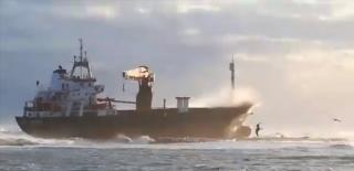 Cargo ship Efe Murat runs aground off Italian port of Bari (Video)