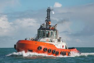 The new 25 metre harbour tractor tug Kinaki arrives home to Port Taranaki