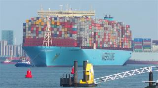 Record container shipment arrives in Rotterdam port (Video)