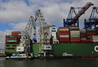 Floating cranes at HHLA Container Terminal Tollerort handles a real heavyweight