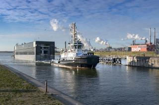 First lock gate of the new sea lock has arrived at IJmuiden