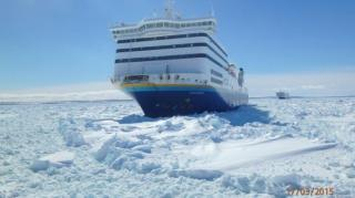 Video: Ferry with 190 passenger aboard stuck in the ice off Cape Breton