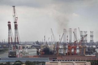 Crane collapses at Sembcorp shipyard, damages newbuild jack-up Noble Lloyd Noble