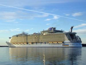 Royal Caribbean's Oasis of the Seas with Land-Like Internet Speeds