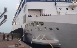 Migrants storm French port of Calais and board P&O ferry Spirit of Britain (Video)